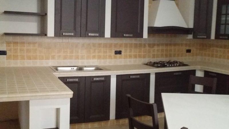 Cucina in finta muratura con vani personalizzati.
