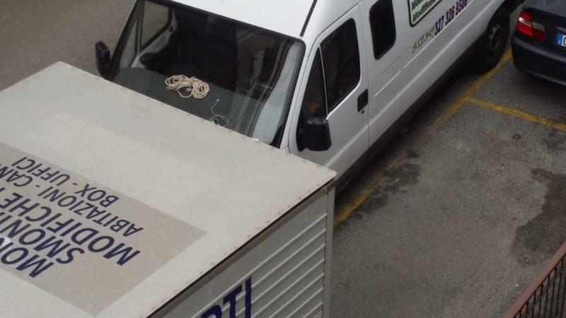 Personale e mezzi della SiEm durante un Trasloco.