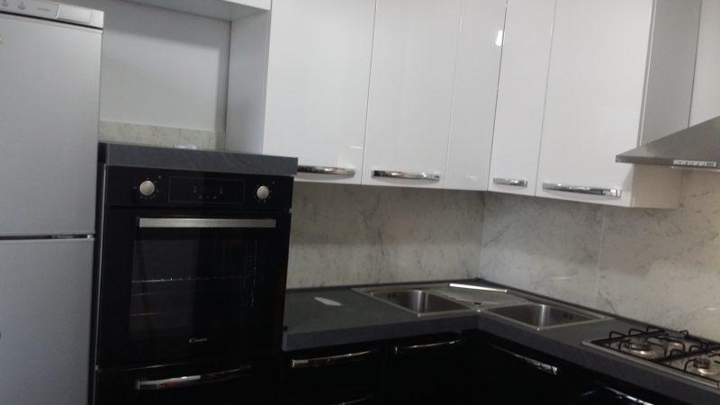Cucina Laccata nera con pensili bianchi.